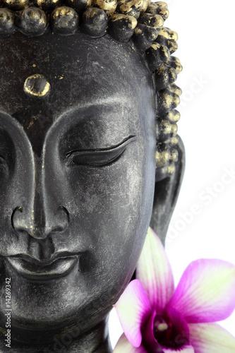 Papiers peints Statue Bouddha sur fond blanc et fleur d'orchidée
