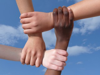 mains et bras dans le ciel ensemble solidarité