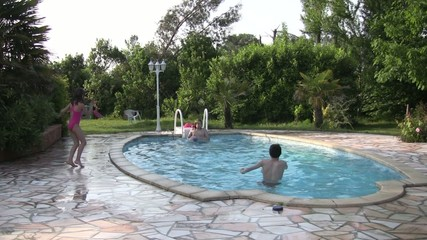 enfants jouant au ballon dans la piscine