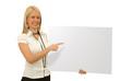 Femme blonde tenant un panneau blanc 5