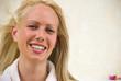 Portrait d'une femme blonde souriant