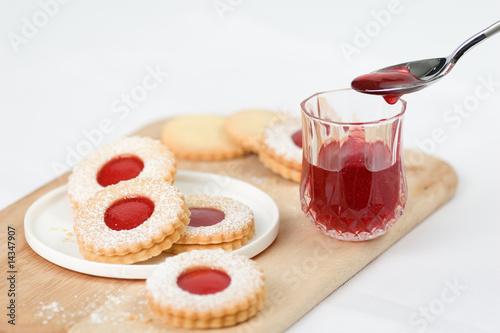 kekse mit marmelade stockfotos und lizenzfreie bilder auf bild 14347907. Black Bedroom Furniture Sets. Home Design Ideas