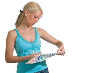 Femme blonde tenant un nuancier - décoration et choix de couleur