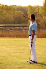 Golfspieler mit Blick Richtung Sonne