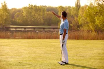 Golfspieler mit Blick gegen die Sonne