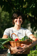 jeune femme avec panier de légumes