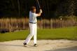 Golfer im Bunker beim Schlag