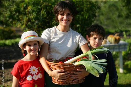 femme et enfants avec panier de légumes