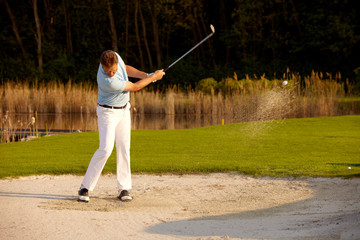 Golfer im Bunker in Aktion