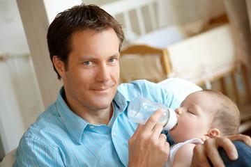 Mann füttert Baby