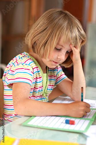 Mädchen macht Hausaufgaben - 14418968