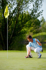 Golfspieler beim hole
