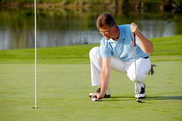 Golfer beim vorbereiten zum putten