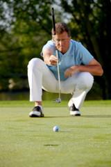 Golfspieler beim anvisieren am hole