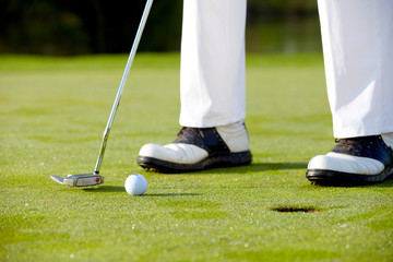 Golfer beim putten Detail