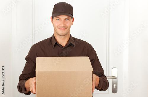 postbote mit paket liefert bestellung per nachnahme stockfotos und lizenzfreie bilder auf. Black Bedroom Furniture Sets. Home Design Ideas