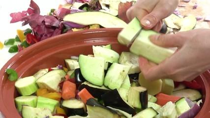couper les aubergines au dessus du plat 3