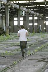 jeune dans hangar 26