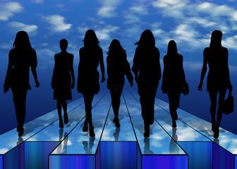 Silhouette di donne su palco a cielo aperto