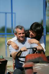 couple sur un tracteur