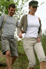 jeune couple de randonneurs, de face