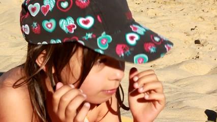 gros plan d'une fillette sur la plage
