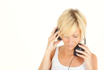 blondes mädchen hört musik