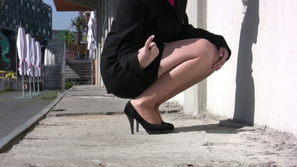 woman warns someboddy to look at her legs