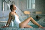 belle femme blonde en maillot de bain