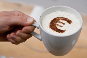 Cappuccino mit Eurozeichen