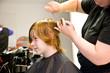 Jugendlicher mit roten langen Haaren beim Frisör