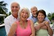 deux couples de retraités souriants