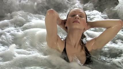 ragazza si sistema i capelli in acqua