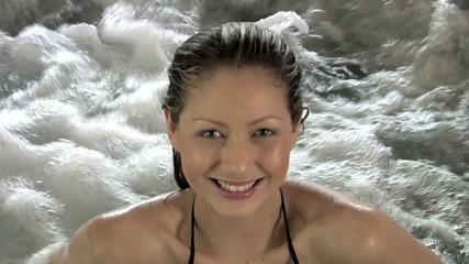 primo piano di viso di donna in idromassaggio