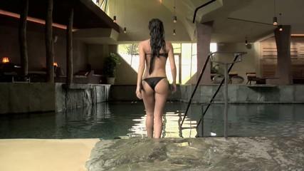 Ragazza entra in piscina