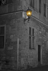altes Steinhaus mit Laterne in der Nacht