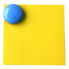 bouton magnet bleu sur post-it jaune en papier recyclé