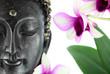 Bouddha sur fond blanc et fleur d'orchidée