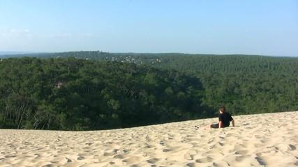 adolescent assis sur la dune du Pilat