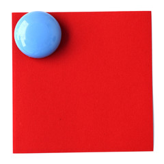 bouton magnet bleu sur post-it rouge en papier recyclé