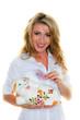 Frau mit Schweizer Franken und Sparschwein