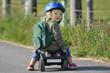 Kind mit Helm auf Bobbycar