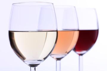 Rotwein, Weißwein, Rosé nebeneinander/hintereinander