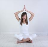 jeune fille zen parquet blanc poster