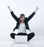 femme heureuse parquet ordinateur poster