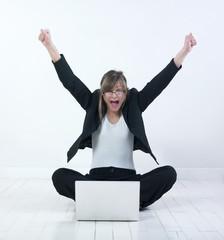 femme heureuse parquet ordinateur