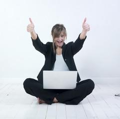jeune femme heureuse réussite ordinateur