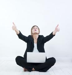 femme heureuse réussite travail ordinateur