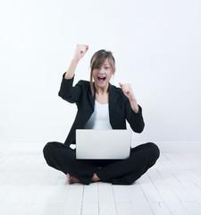 femme réussite business ordinateur