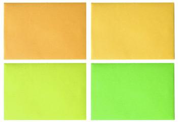 des enveloppes de couleurs